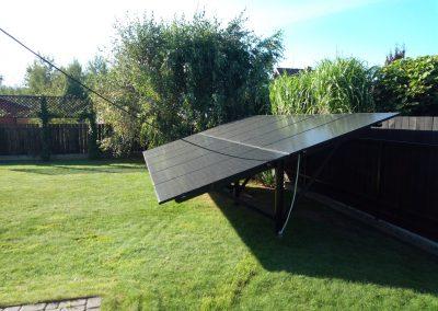 Mikroinwertery SUN1200G Deye  zamontowane na stojaku fotowoltaicznym Szałsza